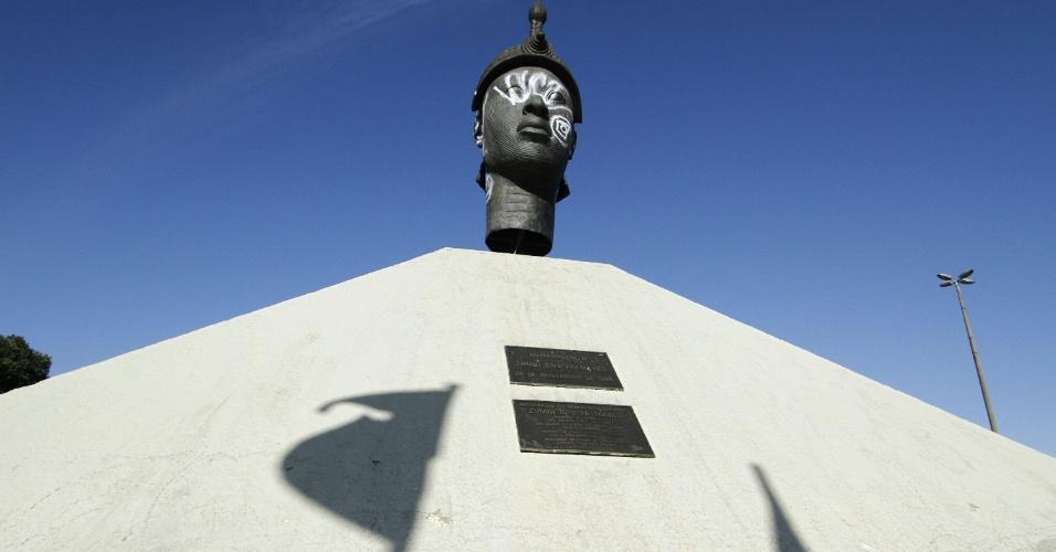 12out2013---o-monumento-de-zumbi-dos-palmares-na-avenida-presidente-vargas-proximo-a-central-do-brasil-no-rio-de-janeiro-rj-amanheceu-pichado-neste-sabado-12-1381606431097_956x500