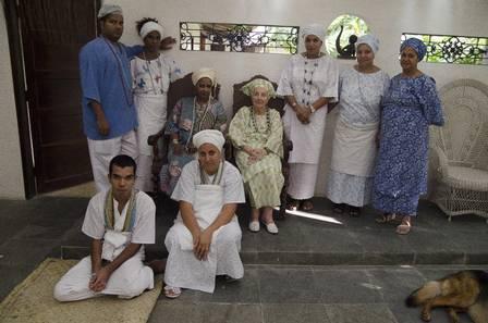 Omindarewa entre alguns de seus filhos-de-santo Foto Mazé Mixo Extra