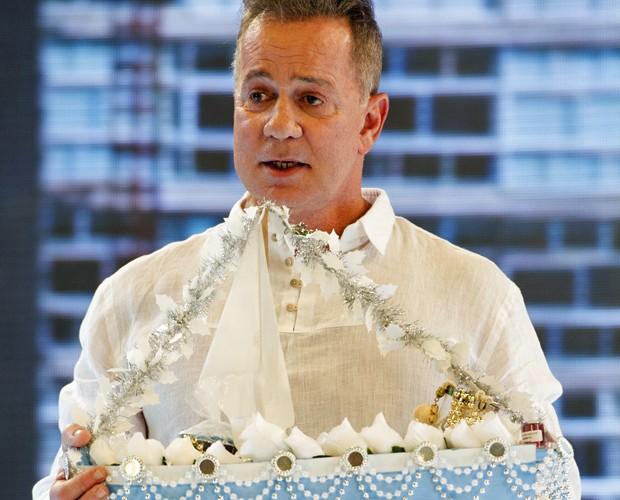 Murilo (Luiz Fernando Guimarães) quer a qualquer custo entregar sua oferenda (Foto: João Cotta / TV Globo)