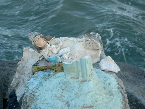 Estátua de Iemanjá é destruída na Barra da Tijuca Foto do leitor Paulo Roberto de Freitas / Eu-repórter
