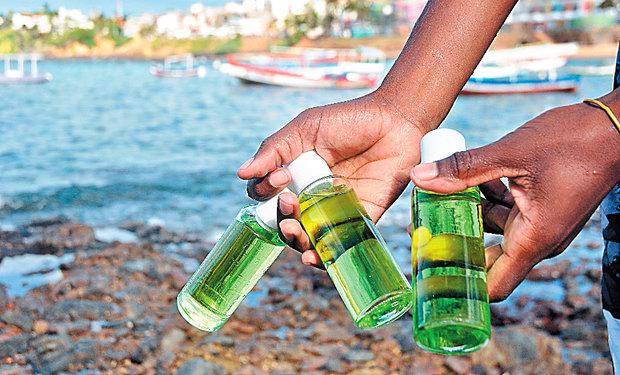 Em passeio rápido, outro recolhe três frascos de vidro com perfume; a orixá agradece