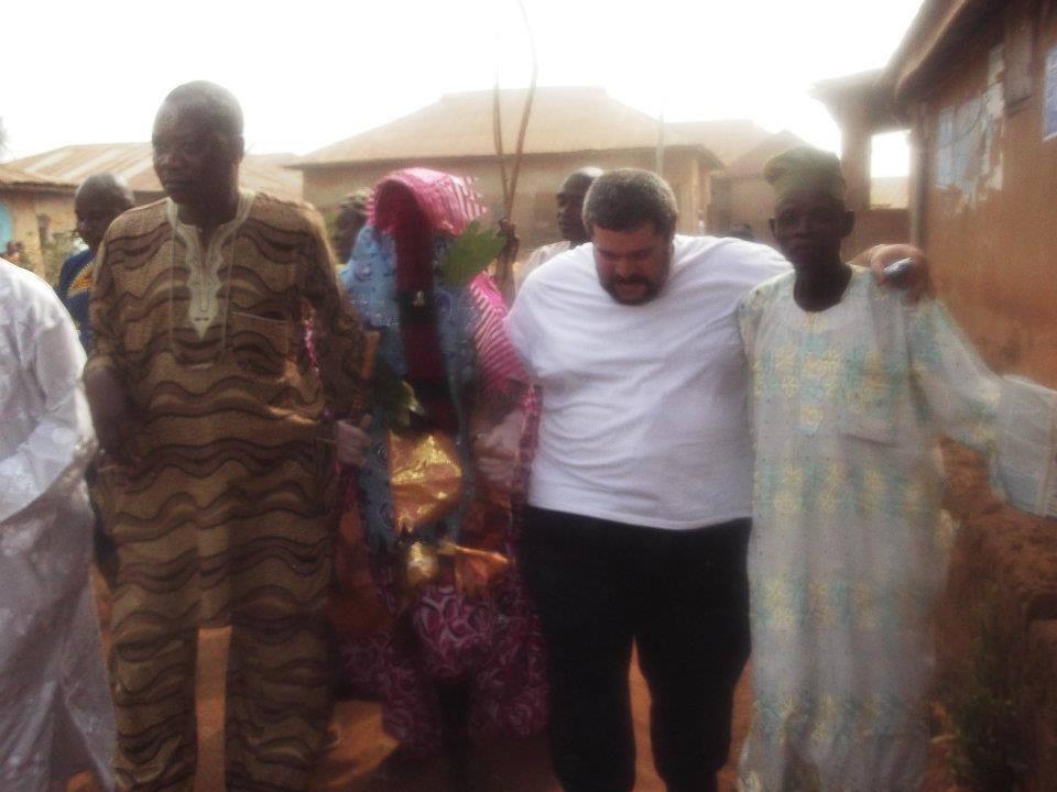 Ifakoya e Araba Olusoji e Egungun e irmão em Nigeria, na África