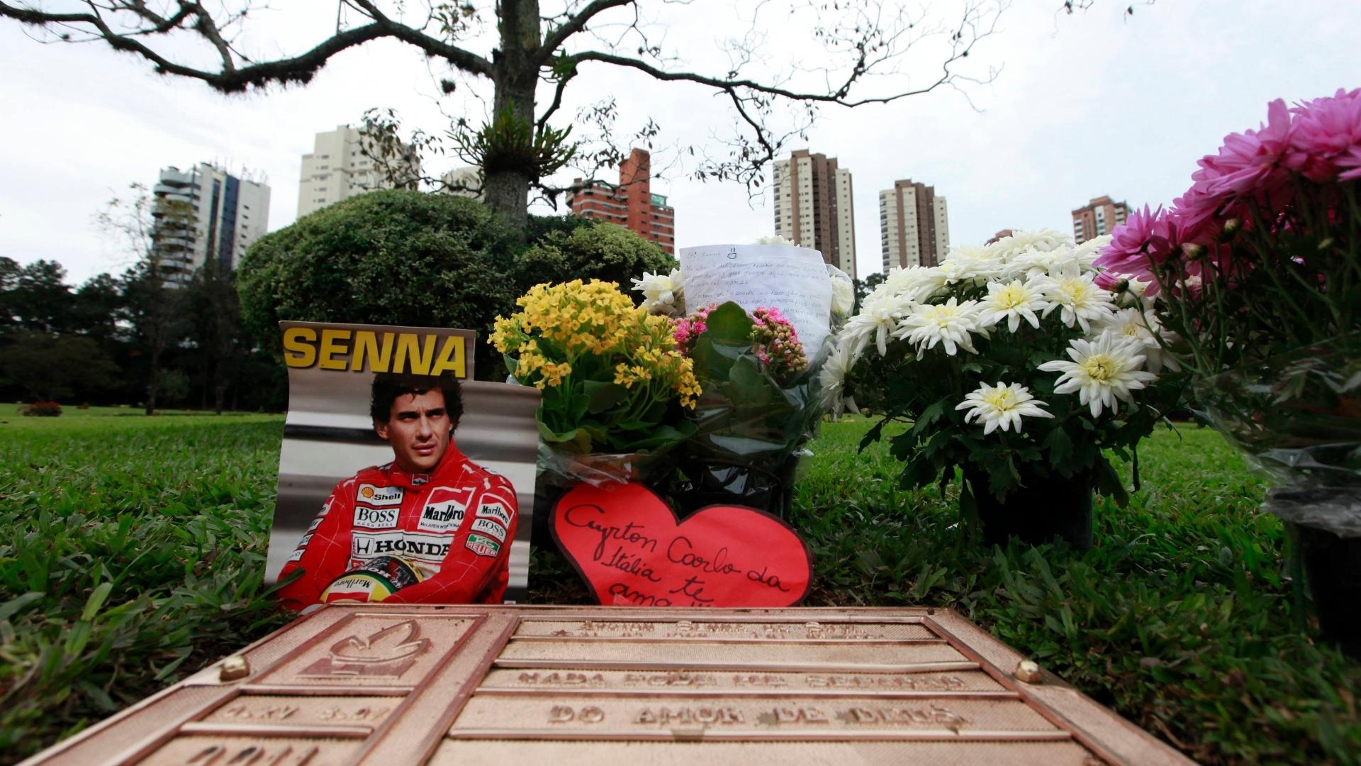 Fãs de Ayrton Senna prestam homenagem no cemitério do Morumby, em São Paulo, onde seu corpo foi enterrado REUTERS/Paulo Whitaker