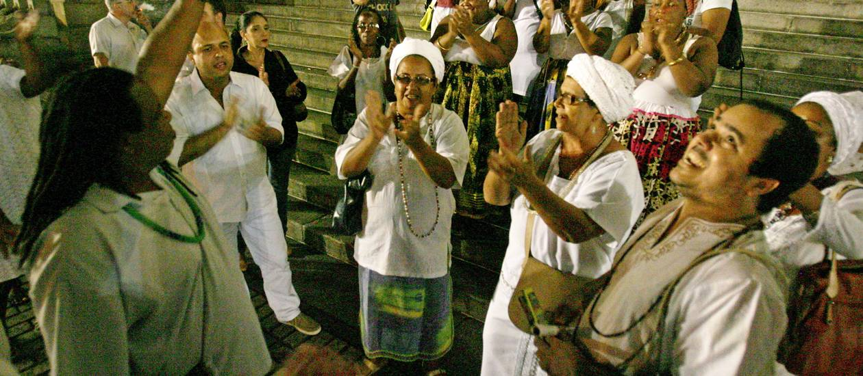 Em maio, representantes de umbanda e candomblé fizeram um ato em frente à Alerj para protestar contra postura de juiz - Luiz Ackermann