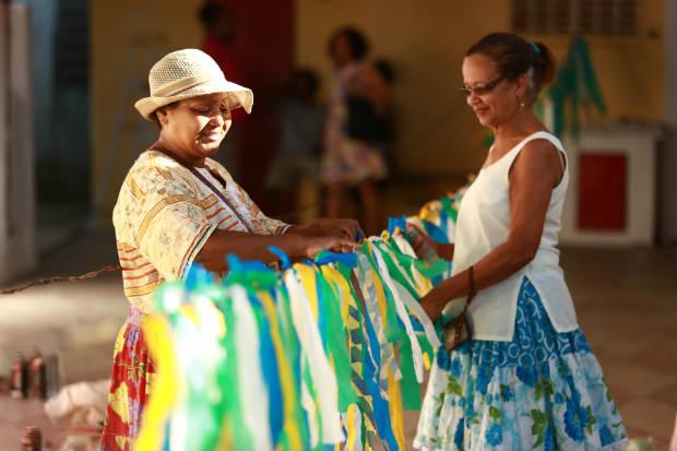 Tudo é preparado com sentimento e empenho, desde a ornamentação das bandeiras nas cores dos orixás cultuados pela Nação, passando pela costura das saias para as meninas que dançam coco e a renovação da pintura. Foto: Bernardo Dantas/D.P/DA Press.