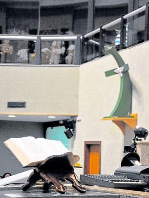 Réplica da Cruz do Papa e bíblia na Ales (Foto: Marcelo Prest/ A Gazeta)