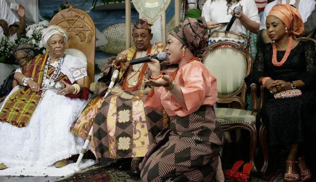 Uma das 38 esposas do rei entoou cântico sagrado dedicado a ele em visita ao Terreiro do Gantois