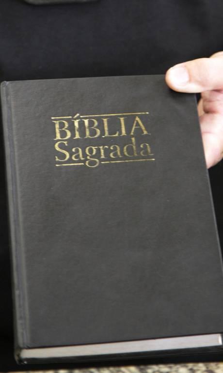 Bíblia nas mãos de sacerdote - Fabiano Rocha / Extra