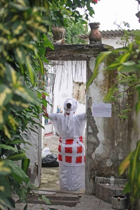 """Mãe de santo: proibida de circular na favela com as """"roupas do demônio"""" Foto: Urbano Erbiste / Extra"""