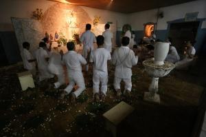 Às 19h30, abre-se a cortina do altar, onde aparecem em reverência os médiuns. (Foto: Marcelo Victor)