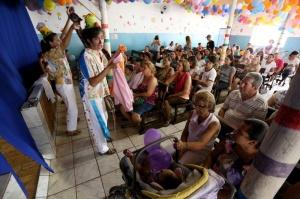 Médiuns da casa e atores, trupe encenou a história de São Cosme e Damião. (Foto: Marcelo Victor)