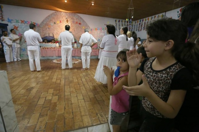 Júlia, de 6 anos, foi uma das participantes. Levada pela avó, tomou passe pela saúde. (Foto: Marcelo Victor)