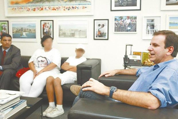 Rita de Cássia Araújo, entre seu advogado e o filho, é recebida no gabinete do prefeito. 'Fiz o pedido de desculpas à criança pelo eventual erro ou excesso cometido' Foto:  Maíra Coelho / Agência O Dia