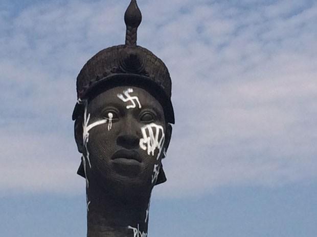 Monumento a Zumbi dos Palmares teve suástica pichada neste domingo (Foto: Alba Valéria Mendonça / G1)
