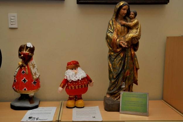 Imagem negra estava ao lado de uma santa de origem católica. Um Papai Noel também foi colocado na Faculdade Victor Soares/LeiaJáImagens