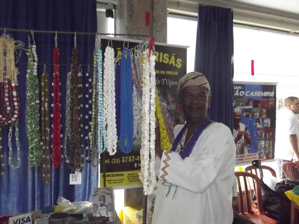 Pai Linaldo de Ogun e seus colares.