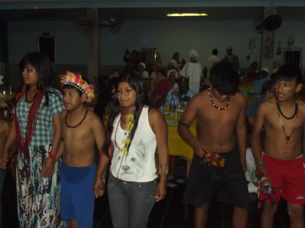 Grupo indígena  apresenta as danças e cantigas rituais de sua tribo
