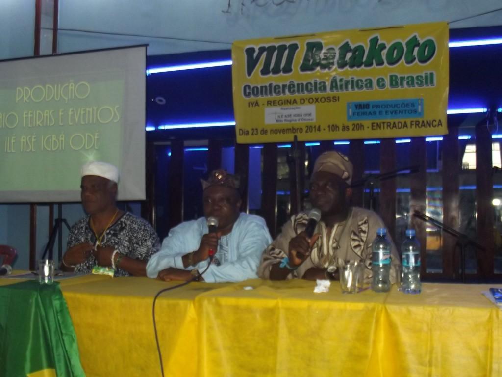Ivanir dos Santos e babalawô africano proferem palestra sobre orixás no Brasil e na África.