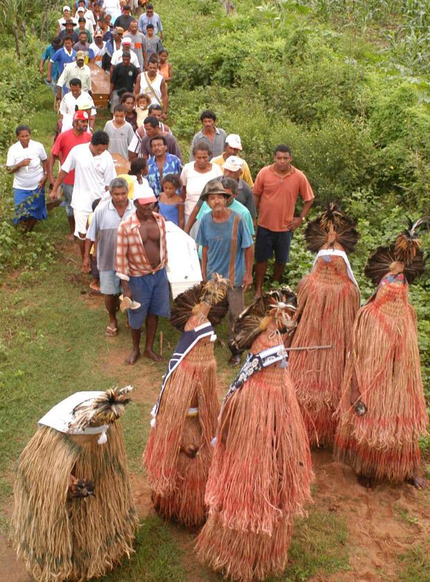 Ritual de sepultamento na etnia pancararu, em Tacaratu (Foto: Rodrigo Lôbo/Acervo JC Imagem)