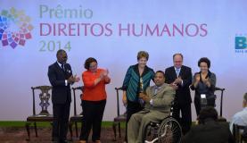 Presidenta Dilma durante entrega do Prêmio Direitos Humanos 2014 a Luiz Claudio Alves, na categoria Garantia dos Direitos das Pessoas com Deficiência Wilson Dias/Agência Brasil