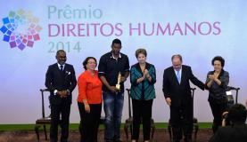 Presidenta Dilma Rousseff entrega o Prêmio Direitos Humanos 2014 ao goleiro Aranha, do Santos    Wilson Dias/Agência Brasil