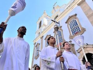 Integrantes da igreja católica saem pelas ruas do Pelourinho (Foto: Max Haack/Ag. Haack)