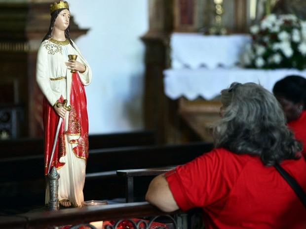 Em oração, devota agradece a Santa Bárbara na igreja Nossa Senhora do Rosário dos Pretos (Foto: Max Haack/Ag. Haack)