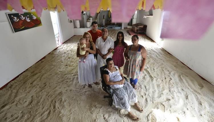Mãe Dalva e a família no terreiro de areia mantido na Tenda Espírita São Gerônimo, do Núcleo Bandeirante. Crédito: Daniel Ferreira/CB/ D.A Press