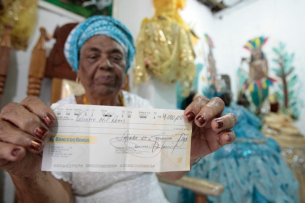 Mãe de santo Aíce depende de troca de cheque para preparar oferendas (Foto: Mila Cordeiro | Ag. A TARDE)