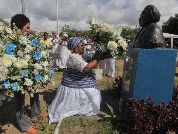 Para marcar o Dia Nacional de Combate à Intolerância Religiosa, lideranças do candomblé e de outras religiões de matriz africana, junto ao movimento negro, depositaram, na manhã desta quarta-feira (21), flores no busto de Mãe Gilda, no Parque do Abaeté, no bairro de Itapuã, em Salvador. (Foto: Elói Corrêa/GOVBA)