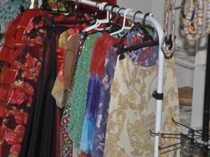 Na arara, roupas feitas por Luzia (Foto: Marcelo Calazans)