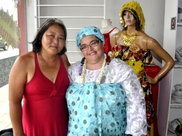 Luzia e a proprietária da loja, Sandra Alberti. (Foto: Marcelo Calazans)