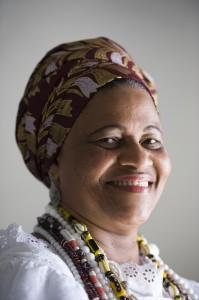 Mãe Valnizia faz homenagem a Ebomi Telinha de Iemanjá. Foto: João Alvarez/ Divulgação