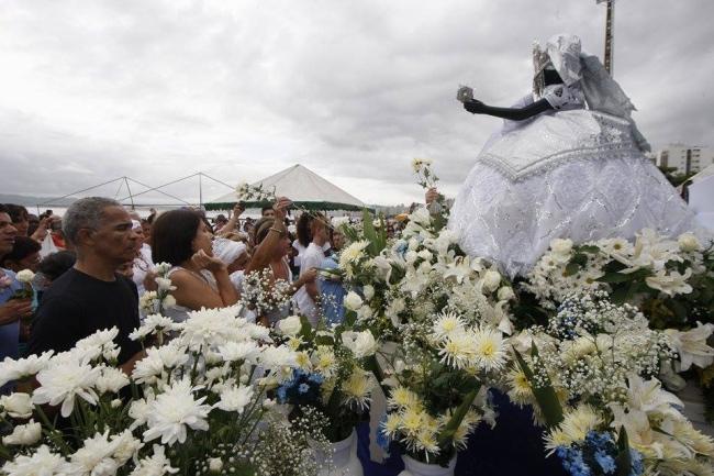 Imagem da rainha do mar foi conduzida por devotos até a Ponte Edgar Perdigão, na Ponta da Praia