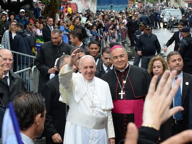 Ao lado de Dom Orani João Tempesta, arcebispo do Rio, Francisco acena em meio aos fiéis em Manguinhos durante evento da Jornada Mundial da Juventude (Foto: Tasso Marcelo/AFP)