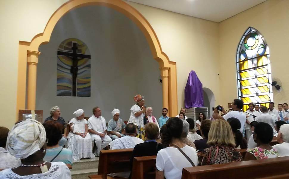 Mãe Juju ty Òsún discursa durante a celebração dentro da Paróquia Nossa Senhora do Carmo