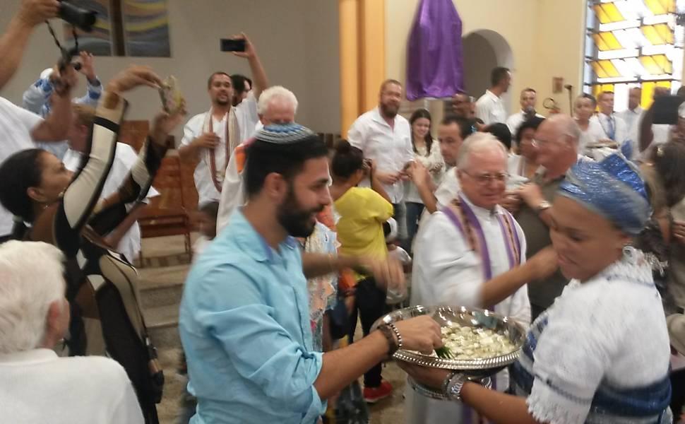 Católicos, judeus e candomblecistas abençoam com água os participantes do ato