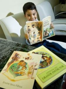 """Feliz - Davi pede toda noite para ler """"Meu Livro de Histórias Bíblicas"""""""