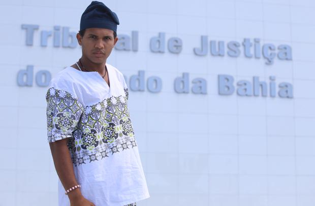 Herácliton na porta do Tribunal de Justiça. Jovem foi proibido de entrar em fórum com gorro litúrgico. (Foto: Marina Silva)