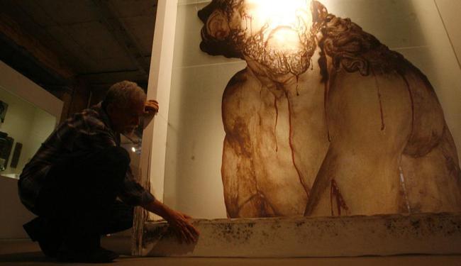 Fernando Amorim | Ag. A TARDE Capinam, presidente da Amafro, aponta arte barroca, feita em vidro, danificada