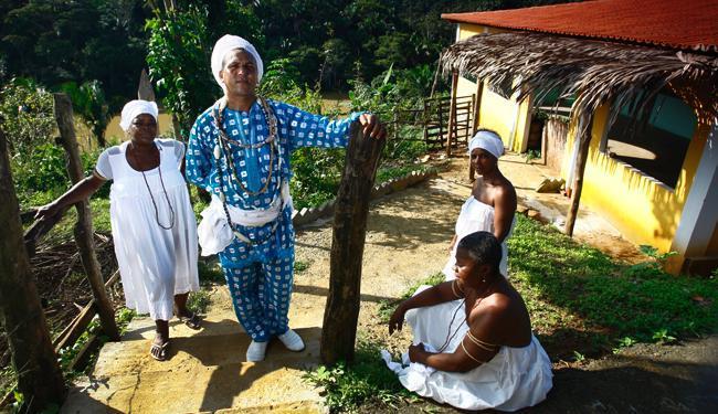 Pai Jumar Santos da Paixão em seu terreiro, o Ilê Axé Ala Omim Guiam