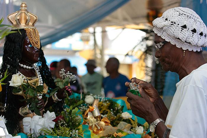 Adeptos do culto afro entregaram flores e perfumes para as yabás, as deusas das águas (Foto: Mila Cordeiro l Ag. A TARDE)