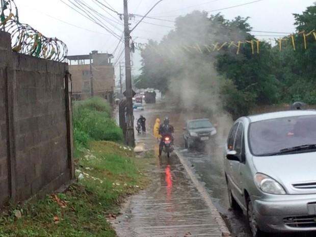 Alagamento afeta passagem de veículos na área do estádio Barradão, no bairro de Canabrava, em Salvador (Foto: Renan Pinheiro/TV Bahia)