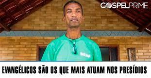 O detento Ronaldo Magalhães, ex-pastor, comanda cultos e coral na cadeia / O Globo