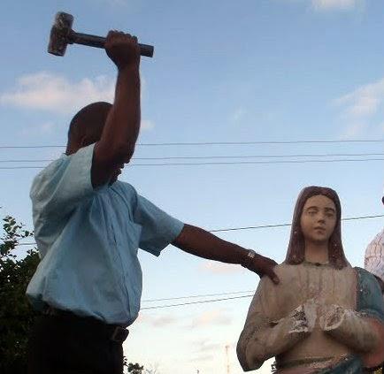 Pastor que quebrou imagens é denunciado por intolerância religiosa