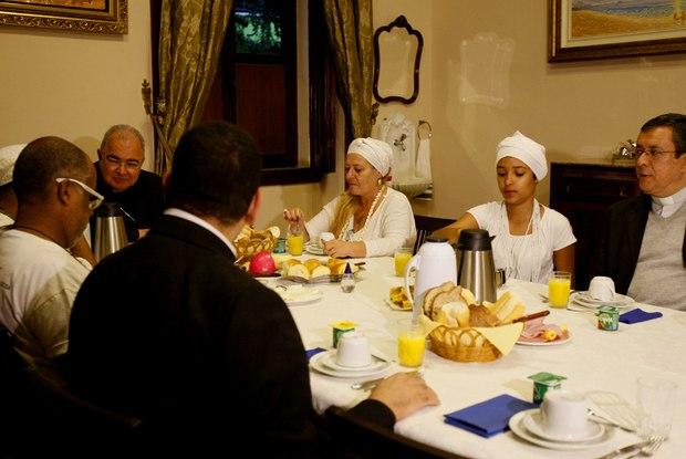 O arcebispo do Rio, cardeal Dom Orani Tempesta, recebeu na manhã desta sexta-feira para um café da manhã, a jovem candomblecista Kailane Campos, de 11 anos Foto:Severino Silva / Agência O Dia