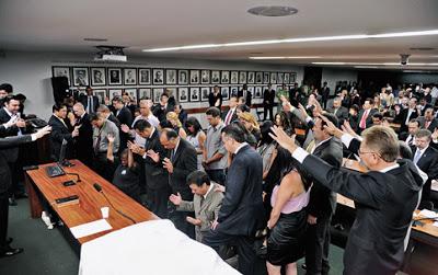 Folha afirma que a Câmara se transformou em uma espécie de picadeiro pseudorreligioso