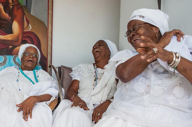 Mãe Stella com as irmãs de santo Iyá Kekerê (Mãe Pequena) e Obá Terê (Egbon Gildete) (Foto: Antonello Veneri)