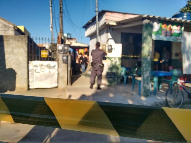 Área foi isolada para perícia na casa onde o crime teria ocorrido (Foto: Stella Freitas)
