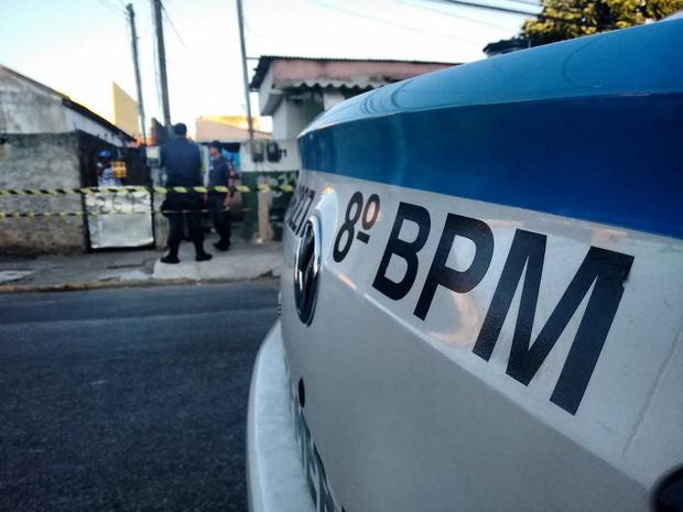 Polícia Militar acompanhou a reconstituição do crime. (Foto: Stella Freitas)